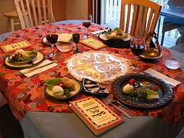 Une table de Seder setting.jpg